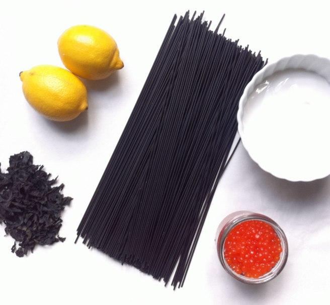 pasta negra con salsa de limón y huevo de salmón